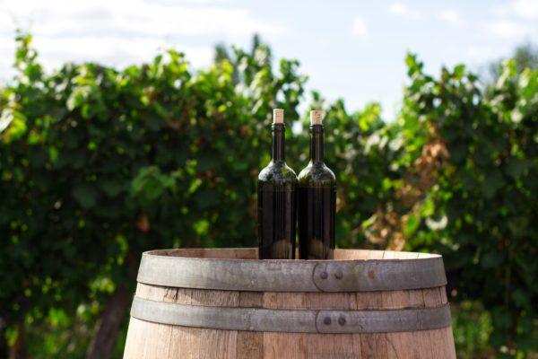 Vinflasker på tønde